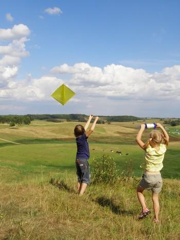 Niños volando cometas