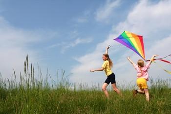Niños jugando con cometas
